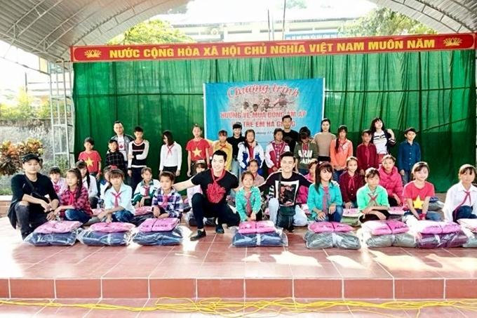 Đôi vợ chồng còn thường tham gia các hoạt động thiện nguyện. Cuối năm 2018, họ cùng bạn bè thân thiết tổ chức chuyến từ thiện giúp đỡ trẻ em có hoàn cảnh khó khăn tại Hà Giang.