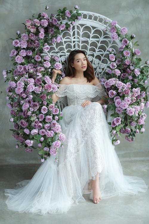 Váy trễ vai xếp tầng giúp khoe bờ vai thon của Nhã Phương.