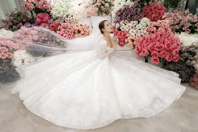 Bộ ảnh được thực hiện với sự hỗ trợ của trang phục: Chung Thanh Phong Bridal; nhiếp ảnh, trang điểm: Tee Le Studio; làm tóc: Chung Hung Thanh; người mẫu: Nhã Phương.