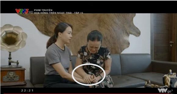 Tay của NSND Hoàng Cúc một bên to một bên nhỏ và sưng phù trong tập phim mới phát sóng khiến nhiều người thắc mắc