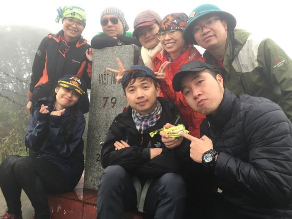 Nhóm bạn trẻ chụp ảnh lưu niệm tại mốc 79