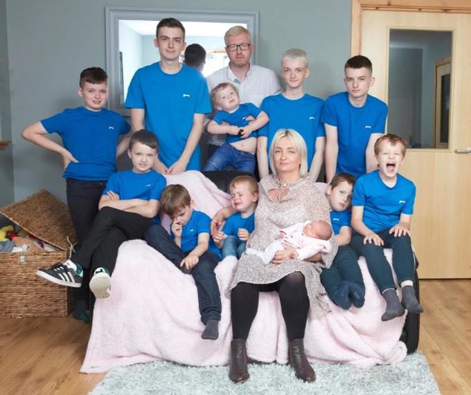 Vợ chồng Alexis bên 10 cậu con trai và con gái mới sinh. Ảnh: LesWilson.
