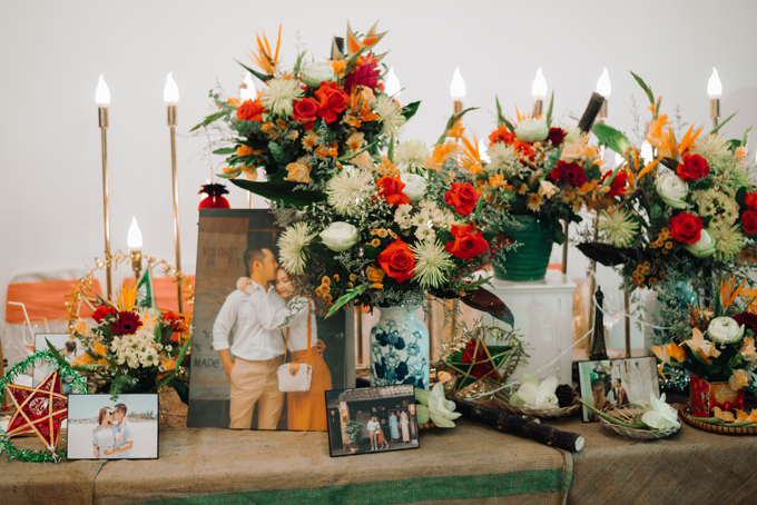 Các loài hoa được sử dụng cho lễ thành hôn, tiệc cưới đều là các loại hoa cúc của mùa thu gồm: thiên điểu, hạnh phúc, cá chép, hoa hồng đỏ, hoa lay-ơn... Chi tiết nhỏ như mía lùi, mẹt tre cũng góp mặt ở bàn gallery, gợi nhắc về thuở nhở, khi uyên ương ngóng đợi được phá mâm cỗ trông trăng.