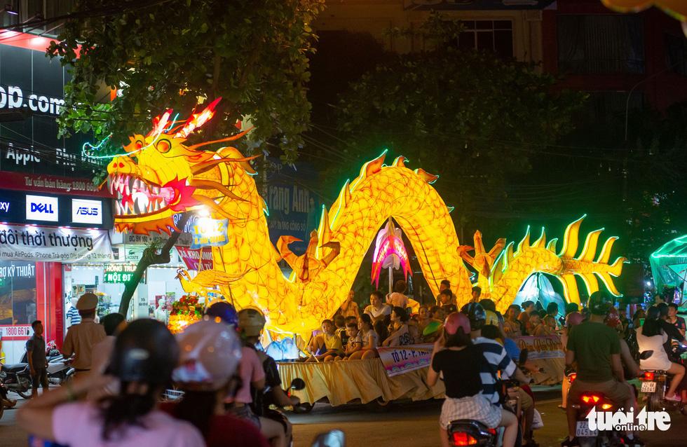Những chiếc đèn Trung thu khổng lồ tràn ngập đường phố Tuyên Quang - Ảnh: VŨ TUẤN