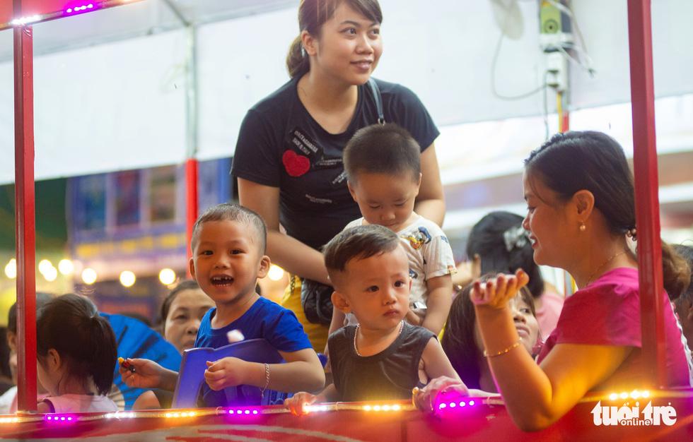 Đèn khổng lồ là món quà Trung thu cho trẻ em Tuyên Quang - Ảnh: VŨ TUẤN