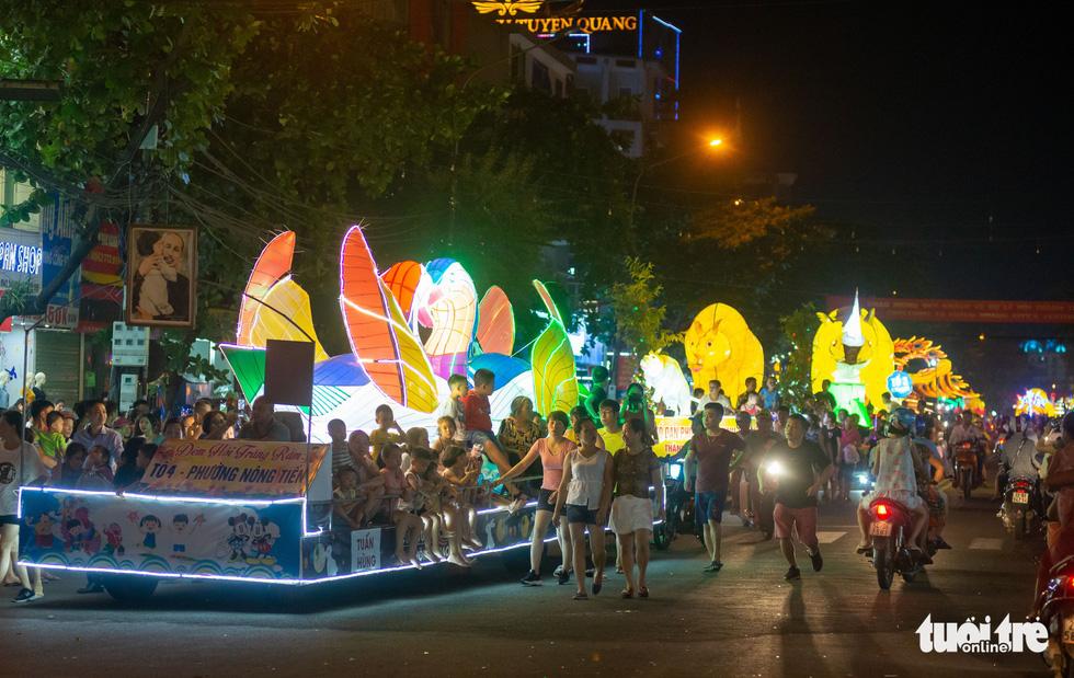 Mỗi tối có hàng trăm chiếc đèn khổng lồ đổ về thành phố Tuyên Quang - Ảnh: VŨ TUẤN