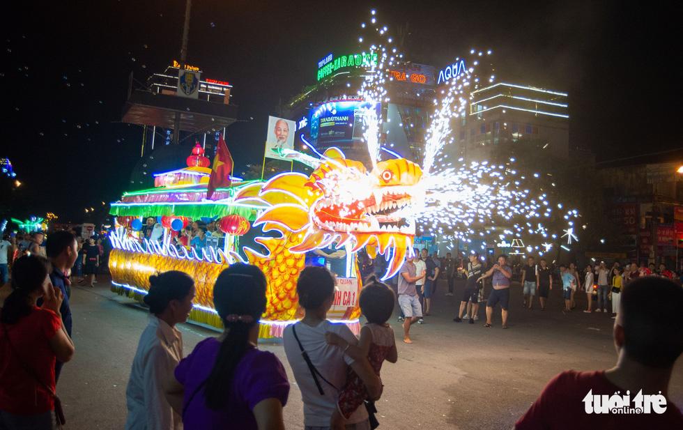 """Mô hình thuyền rồng """"biết nhả ngọc phun châu """"của người dân huyện Yên Sơn (Tuyên Quang) - Ảnh: VŨ TUẤN"""