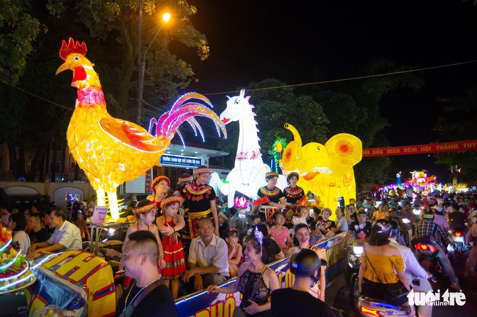 Không khí lễ hội tràn ngập đường phố - Ảnh: VŨ TUẤN