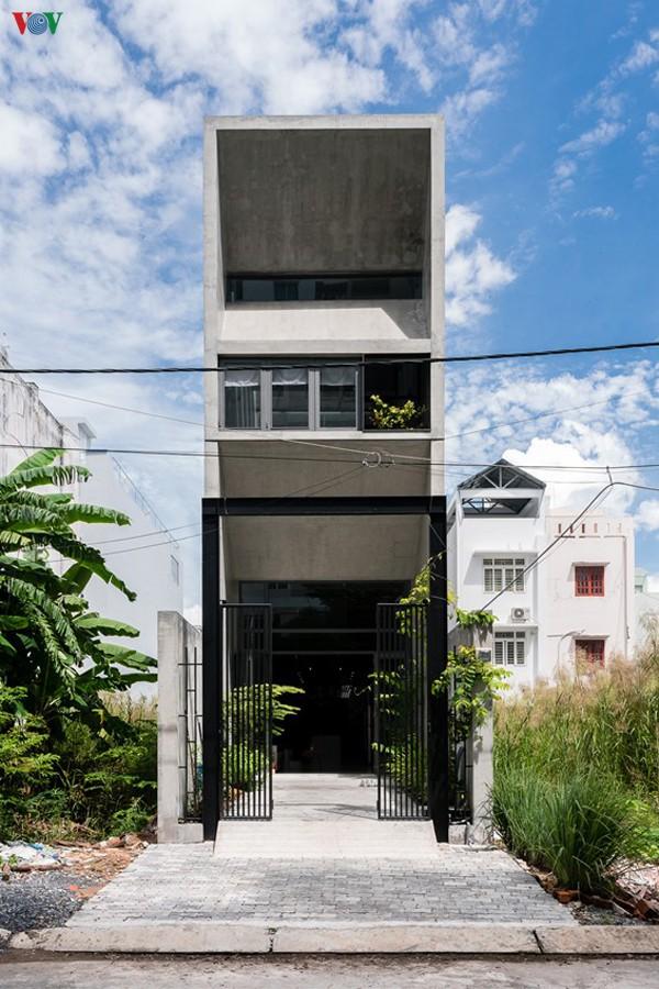 Ngôi nhà nằm trong một khu dân cư mới với quy hoạch phân lô, mảnh đất có mặt tiền rộng 4m và chiều sâu 25m. Tuy nhiên công trình không xây hết đất mà để lại một mảnh sân làm khoảng lùi.