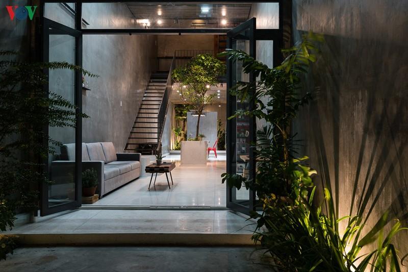 Chủ nhà là một người trẻ, muốn phong cách kiến trúc hiện đại và ngôi nhà phải gây ấn tượng; không gian có tầm nhìn mở rộng và có một căn bếp lớn để tiếp khách cuối tuần.