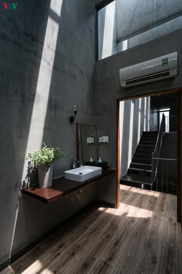 Với những khoảng mở trên mái, ánh nắng có thể chiếu vào tận trong phòng.
