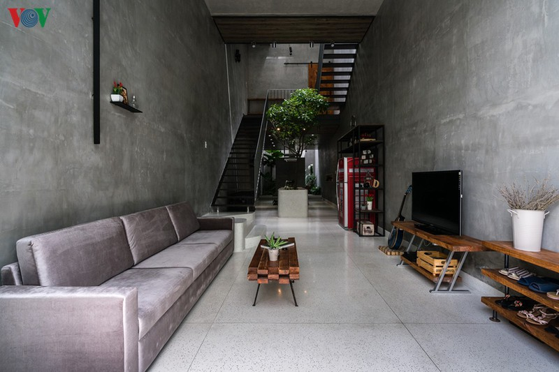 Kiến trúc sư đã thiết kế tầng 1 thông thoáng từ trước ra sau. Theo đó phòng khách nằm ở phía ngoài, ở giữa là cầu thang và phía sau là bếp cùng phòng ăn. Ở cuối nhà có một khoảng vườn nhỏ.