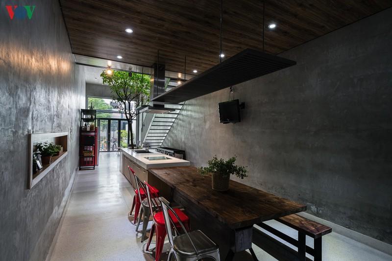 Từ vị trí bàn ăn có thể nhìn xuyên suốt ra trước nhà.