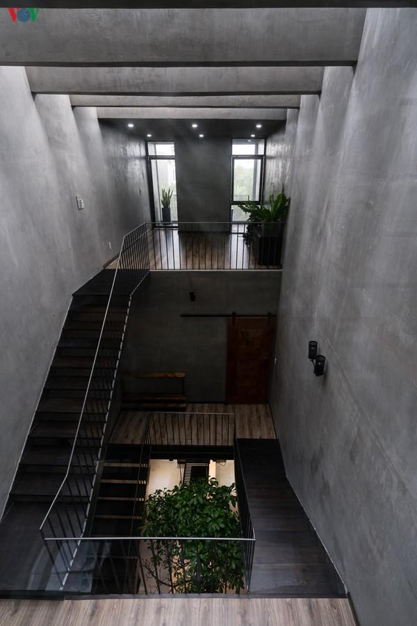 Cầu thang nằm ở giữa nhà được thiết kế như một giếng trời, và là sự kết nối với các không gian khác. Điểm gây ấn tượng của ngôi nhà chính là màu xám của bê tông trần và tường xi măng mài không sơn. Màu xám này đi xuyên suốt ngôi nhà.