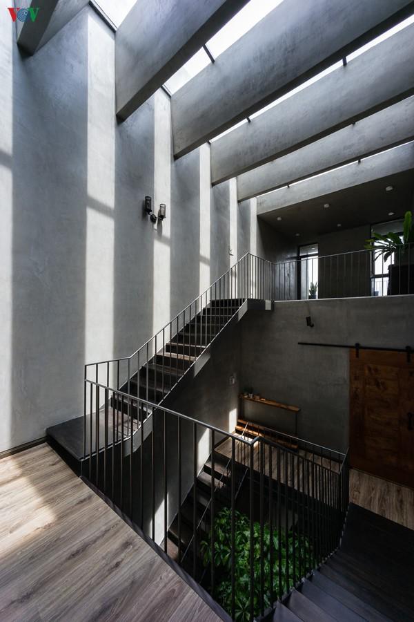 Phía trên cầu thang là một hệ dầm bê tông và mái kính. Điều này làm nên những hiệu ứng ánh sáng rất thẩm mỹ.
