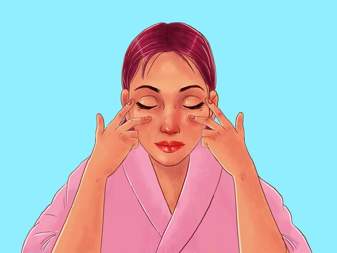 Dùng hai ngón trỏ và giữa massage nhẹ nhàng vùng da dưới mắt theo chiều từ trong ra ngoài.