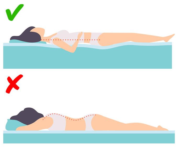 Không nằm sấp khi ngủ  Tư thế nằm sấp có thể làm tăng sự xuất hiện của nếp nhăn và khiến chúng hằn sâu trên da. Tư thế ngủ tốt nhất là nằm ngửa hoặc hơi nghiêng người với sự hỗ trợ của gối ôm.