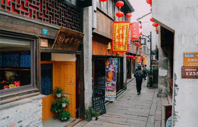 Một góc phố cổ Sơn Đường - Tô Châu bán nhiều món ăn truyền thống địa phương. Ảnh: Nguyên Chi