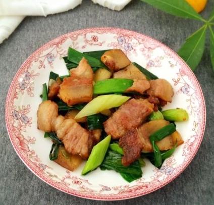 7. Thịt luộc ăn thừa đừng vội bỏ, hãy chuyển rang với tỏi tây ăn vừa thơm vừa không béo ngậy