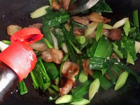 12. Đảo đều để món ăn ngấm gia vị.