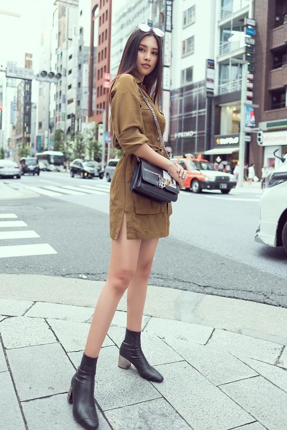 Người đẹp 19 tuổi chọn trang phục năng động, khoe đôi chân dài thon gọn.
