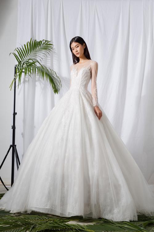 7. Váy cưới xòe bồng  Trên thân váy được điểm họa tiết hoa ren chạy dọc thành dải dây leo. Họa tiết được tiết chế, dành cho cô dâu yêu thích sự đơn giản.