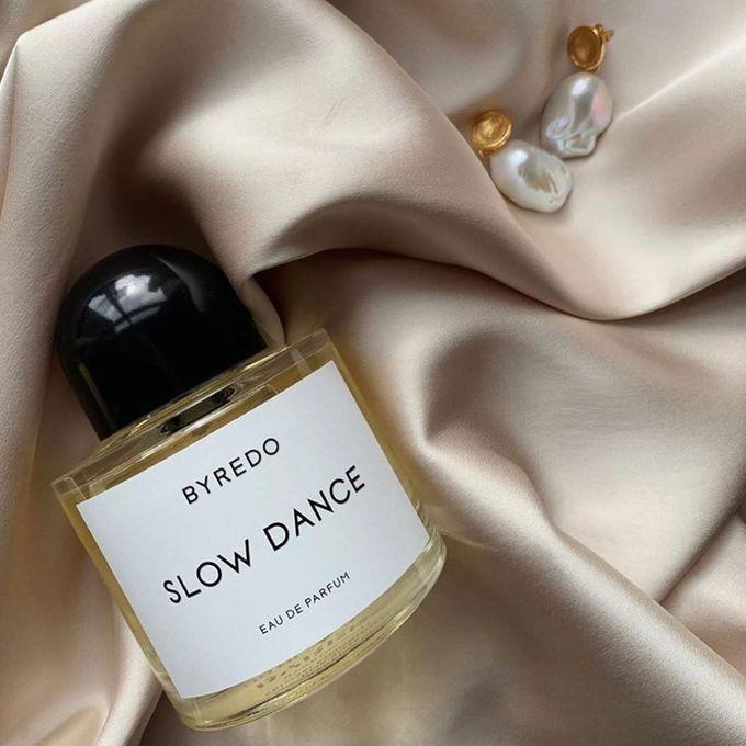 Byredo Slow Dance là nước hoa unisex với nốt hương đầu ngọt ngào của nhựa myrrh, vani xen lẫn hương thơm dễ chịu từ hoa violet, hoắc hương… Giá tham khảo: 6.500.000 đồng