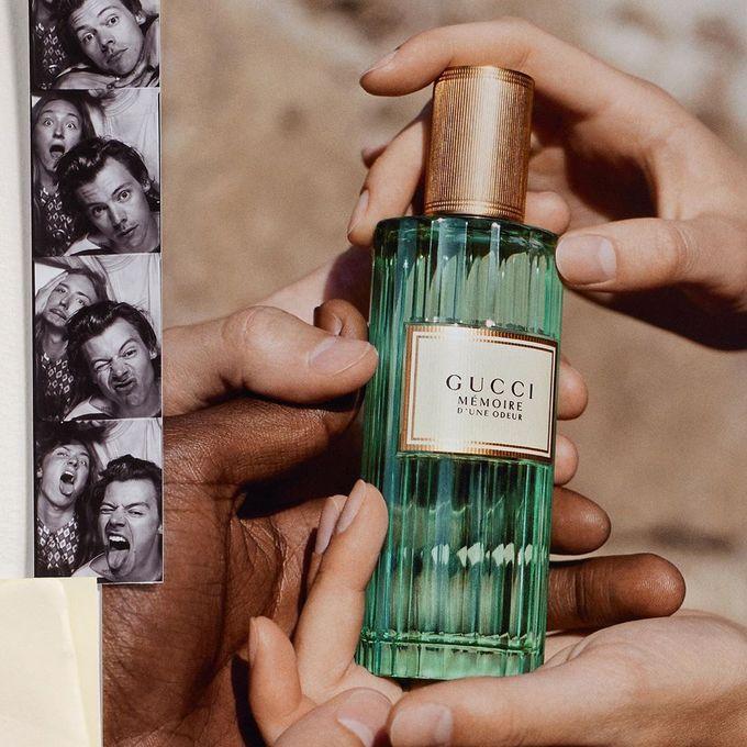 Mémoire d'Une Odeur được Gucci sáng tạo với nốt hương đầu của hoa cúc La Mã và hoa nhài san hô Ấn Độ. Hương giữa của xạ hương cùng hương cuối từ gỗ tuyết và đàn hương gợi vẻ sang trọng, tạo ấn tượng khó quên đúng như ý nghĩa tên gọi của sản phẩm.  Giá tham khảo: 3.000.000 đồng