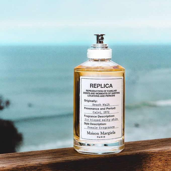 Đúng như tên gọi, chai nước hoa Replica Beach Walk của nhà mốt Maison Margiela sẽ khiến bạn liên tưởng ngay đến nắng, gió, cát vàng và sóng biển nhờ hương thơm tươi mát của nước dừa, hoa ylang, cam bergamot… Giá tham khảo: 3.300.000 đồng