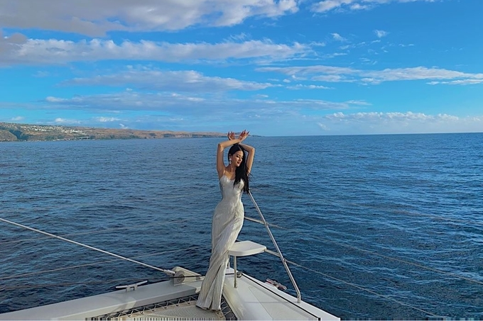 Điểm dừng chân đầu tiên là đảo Reunion (Pháp). Hoa hậu chia sẻ với Ngoisao.net, khi vừa đặt chân đến đảo, cô đã ấn tượng với màu xanh tươi mát của cây lá, biển nơi đây. Phương Khánh có cơ hội đi máy bay chuyên dụng ngắm toàn cảnh đảo nhỏ từ trên không, ra khơi bằng du thuyền và dạo xe điện vòng quanh đảo. Với cô, Reunion là một trong những nơi mang lại sự bình yên nhất.