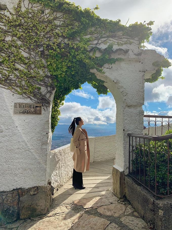 """Phương Khánh cho biết, khung cảnh của Bogota - thủ đô Colombia - nhìn từ đỉnh đồi Monserrate ngay trung tâm thành phố khiến cô lưu luyến. Đây là một trong 3 thủ đô cao nhất Nam Mỹ, có nhiều trường đại học và thư viện nên Bogota còn được ví như """"Athens của Nam Mỹ"""". Ngày Hoa hậu đi cáp treo lên đến đỉnh đồi, phóng tầm mắt nhìn cảnh núi non phía xa, trời xanh, thời tiết thuận lợi chiều lòng người."""