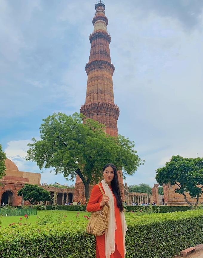 Cô check-in trước tháp Qutb thuộc khu phức hợp Qutb, một Di sản thế giới được UNESCO công nhận ở Delhi, Ấn Độ. Miss Earth tâm sự, những chuyến đi này không đơn thuần là thực hiện nhiệm vụ của một Hoa hậu trái đất, mà còn là cơ hội để cô tìm hiểu, học hỏi về con người và văn hóa của quốc gia mà mình được đặt chân đến. Đồng thời, cũng có dịp mang giá trị văn hóa của Việt Nam đến với bạn bè quốc tế.