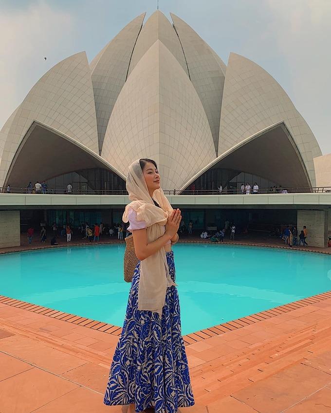 Là người ham học hỏi, cô cảm thấy may mắn khi được đi đây đi đó, mở mang tầm nhìn và tư duy về cuộc sống. Đây cũng là lúc để cô nhìn lại chính mình. Phương Khánh chụp hình ở đền Hoa sen - đền thờ theo tôn giáo Baha'i - một trong những điểm du lịch hút khách nhất New Delhi.