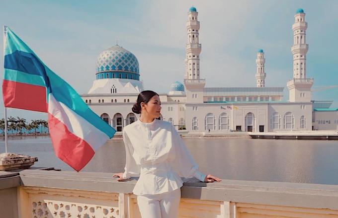 """Vài ngày ở Malaysia, cô kịp đến thăm nhà thờ Hồi giáo Kota Kinabalu. Nhà thờ nằm bên hồ rộng tạo cảm giác như đang nổi trên mặt nước. Chính vì thế, nó còn được biết đến là """"nhà thờ Hồi giáo nổi"""". Đây là một trong những nơi chiêm ngưỡng cảnh mặt trời lặn ngoạn mục nhất Malaysia mà bạn nhất định phải ghé một lần nếu có dịp."""