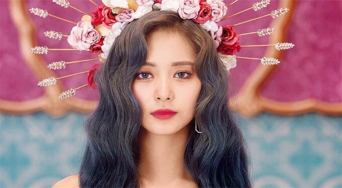 """Ca sĩ Tzuyu: Thành viên của nhóm Twice có cách dưỡng da rất độc đáo. Người đẹp thường xuyên đắp nhiều lớp mặt nạ lên mặt theo phong cách """"Phantom of Opera"""", giúp da có thể hấp thụ dưỡng chất tốt nhất."""