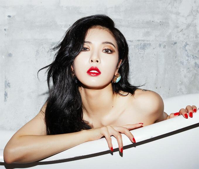 Ca sĩ Hyun-A: Thành viên của 4Minute sở hữu thân hình gợi cảm và khuôn mặt dễ thương với đôi mắt to tròn. Trong một cuộc phỏng vấn cho tạp chí Cosmopolitan, Hyun-A từng tiết lộ mẹo trang điểm yêu thích của mình. Trong đó, thay vì kẻ mắt mèo như nhiều bạn gái Hàn yêu thích, nữ ca sĩ chọn vẽ theo đúng hình dáng của mắt để trông đầy đặn, tròn trịa. Người đẹp cho biết hiếm khi make-up nhưng lại thích sử dụng các sản phẩm dành cho môi, chỉ cần một chút son cũng khiến cô thấy mình như đã trang điểm. Ngoài ra, giọng ca Kpop thường dùng dưa chuột đắp mặt để giữ ẩm cho da.