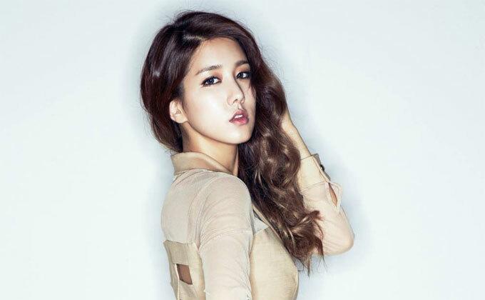 Ca sĩ Yang Ji-won: Thành viên của nhóm nhạc Spica cho biết các cô gái Hàn Quốc thường thích sử dụng lớp trang điểm dày nhưng cô lại yêu lối makeup tôn lên vẻ đẹp tự nhiên, trong trẻo. Người đẹp sẽ lấy chì kẻ dọc viền mi mắt để nó trông dày và chuốt mascara giúp lông mi cong quyến rũ. Với đôi môi, Ji-won sẽ sử dụng son nước mỏng nhẹ thay vì các loại son lỳ.