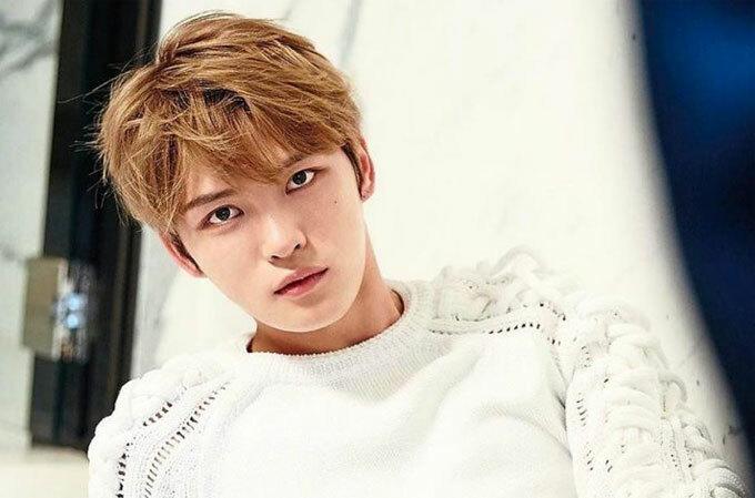 """Ca sĩ Jae Joong: Ngoài sao nữ, các """"nam thần"""" xứ Hàn cũng rất chăm chút cho khuôn mặt lẫn ngoại hình của mình. Jae Joong thừa nhận có một làn da rất nhạy cảm, đó là lý do dù phải trang điểm cho buổi biểu diễn, anh cũng chỉ rửa mặt bằng nước, rất hiếm khi dùng sữa rửa mặt."""