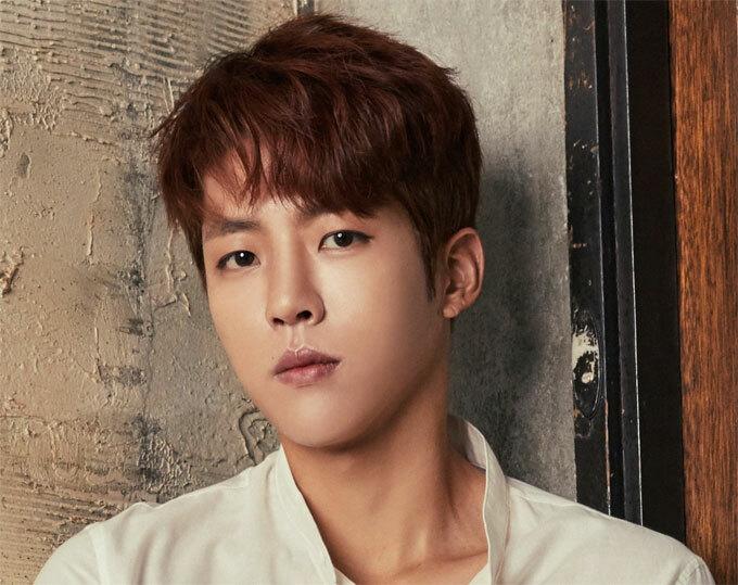 Ca sĩ, diễn viên Seong Yeol: Thay vì sử dụng các sản phẩm chăm sóc da mặt, thành viên của nhóm Infinite tăng cường bổ sung vitamin. Nam ca sĩ thường uống nước ép bắp cải để làn da tươi sáng, khuôn mặt dạng ngời. Cách dưỡng da này rất phổ biến ở Hàn Quốc.