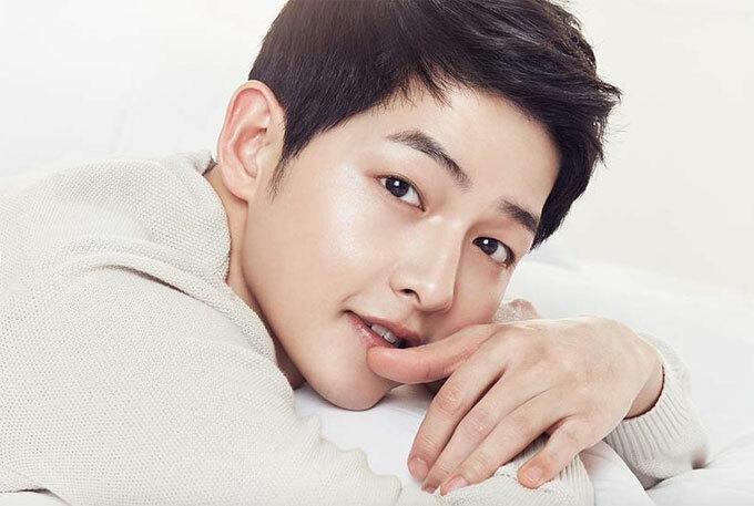 Diễn viên Song Joong-ki: Song Joong-ki thường rửa da bằng sữa tươi trước khi đi ngủ và tránh sử dụng lò sưởi vì dễ làm khô da.
