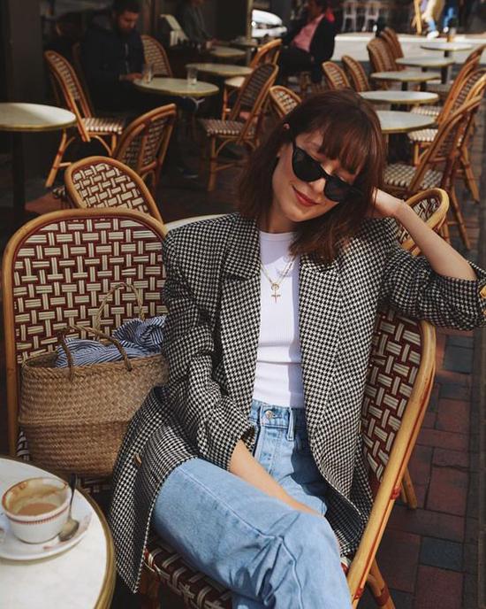 Khi phối jeans xanh cùng áo blazer họa tiết màu trung tính, hầu hết các tín đồ thời trang đều chọn áo đơn sắc, màu nhẹ nhàng để tạo nên sự hài hòa.