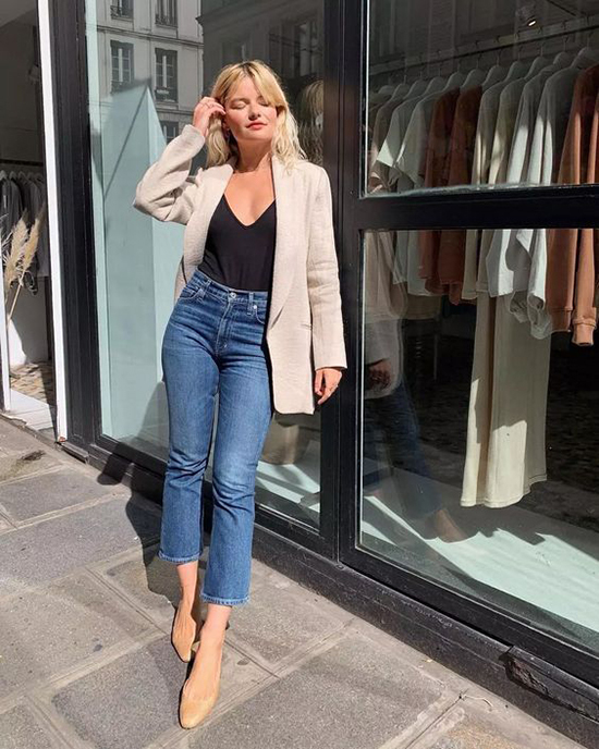 Bên cạnh nét trang nhã và lịch thiệp, chị em công sở vẫn có cơ hội thể hiện nét cá tính khi chọn vest cổ điển để mix cùng jeans ống lửng, jeans xé gấu.