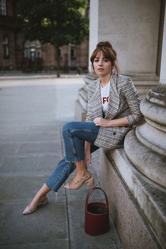 Set đồ công sở cho phái đẹp trong tiết trời mùa thu với điểm nhấn chủ đạo là thiết kế áo blazer trên chất liệu vải kẻ sọc ca rô.