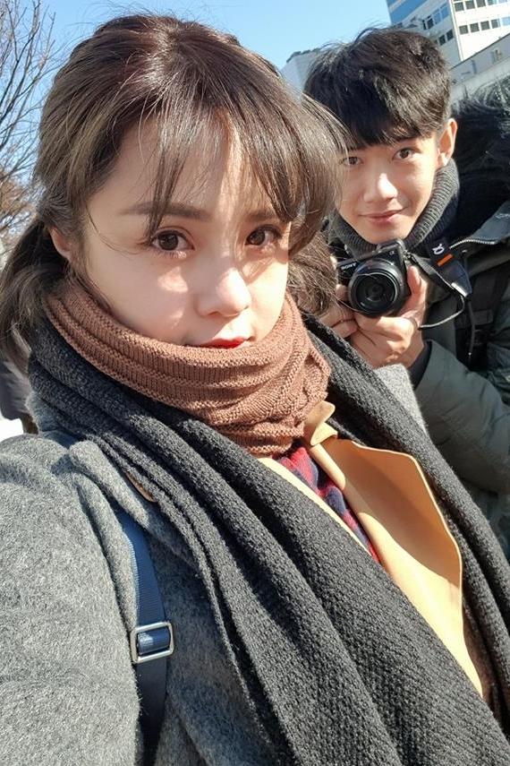 Dịp Valentine 2017, Quang Đăng bí mật dành tặng bạn gái một bài múa khiến cô bật khóc hạnh phúc. Cặp đôi còn có chung sở thích du lịch, khám phá nhiều nơi: Đài Loan, Hàn Quốc...