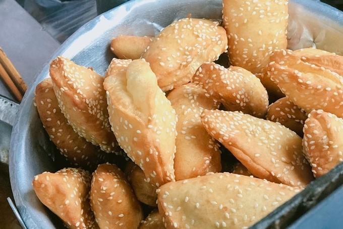 9. Bánh tiêu sầu riêng hút khách ở khu phố Tàu1