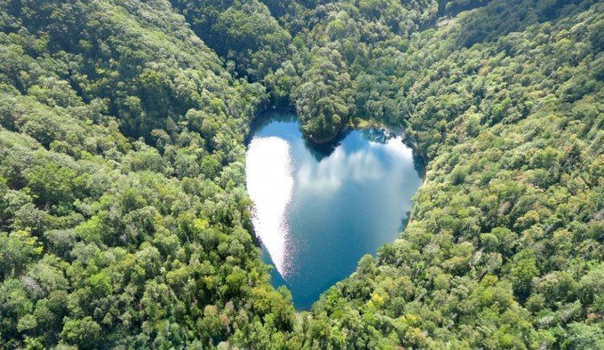 Du khách biết đến hồ Toyoni khi nó được chọn làm nơi quay phim của một hãng bán đồ lưu niệm nổi tiếng Nhật Bản. Mất khoảng 60 phút từ trung tâm Erimo đến đây bằng ôtô, khá an toàn khi lái xe vì đường trải sỏi dễ đi.