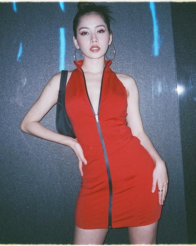 Chi Pu gây bất ngờ với phong cách ngày càng sexy. Chiếc váy đỏ khiến cô nàng trông quyến rũ nhờ chi tiết khoét sâu ở ngực và phần lưng hở hoàn toàn. Chi Pu cũng chọn cách make up sắc sảo phù hợp với màu sắc rực rỡ của item này.