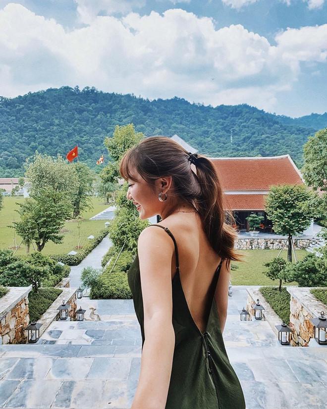Chloe Nguyễn khoe vai trần gợi cảm với chiếc váy khoét lưng màu xanh rêu. Cô bạn cũng khéo léo buộc tóc cao để tôn lên thân hình thon gọn trong chiếc váy sexy.