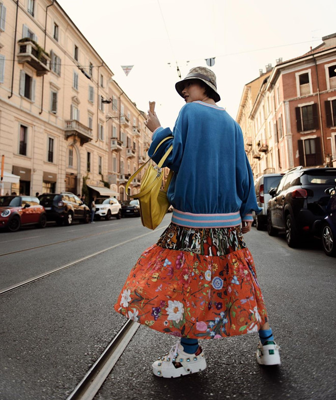 """Châu Bùi có mặt ở Milan (Italy) để tham dự show của Gucci. Không hổ danh là fashionista có gu ăn mặc chất nhất nhì Việt Nam, Châu Bùi """"đắp"""" lên mình cả cây hàng hiệu và có cách phối đồ mới lạ, không đụng hàng. Chiếc váy hoa """"bà thím"""" bỗng trở nên thời trang đến lạ trong set đồ của Châu Bùi."""