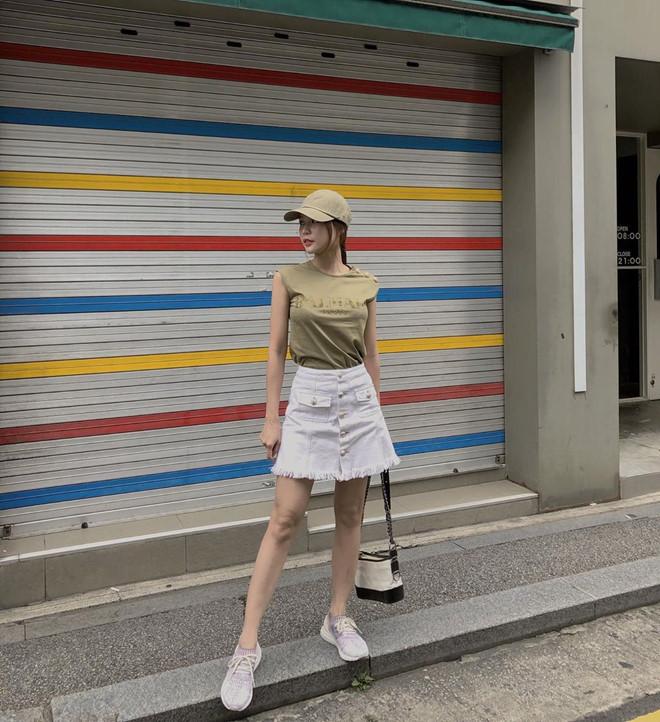 Sam trông năng động với áo tank top, váy jeans cùng mũ cap và giày sneakers. Chiếc túi Chanel sang chảnh cô xách chính là điểm nhấn cho toàn bộ set đồ. Item này có giá lên tới 3.600 USD.